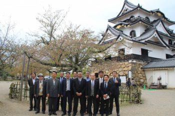 彦根城を背景に集合写真